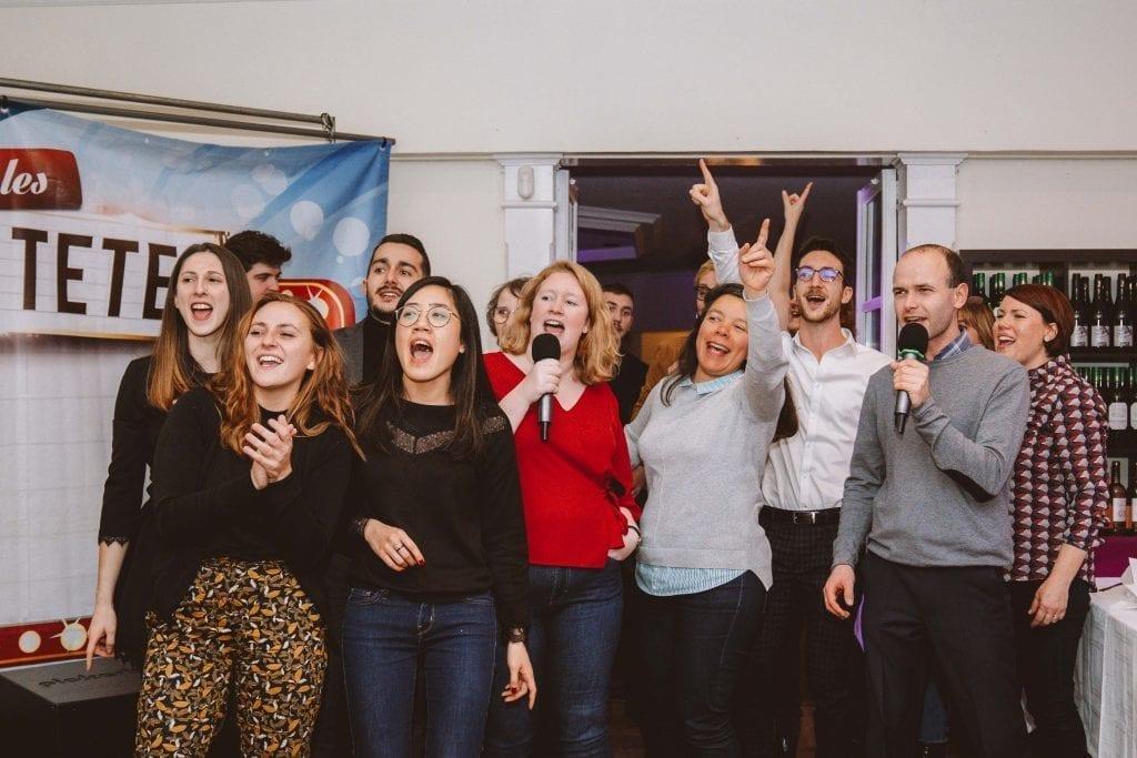 Un groupe de personnes chantant et dansant