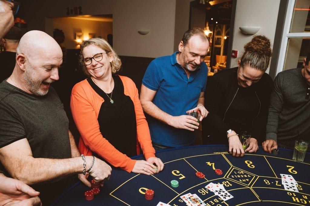 Une table de Blackjack autour de laquelle des séminaristes jouent