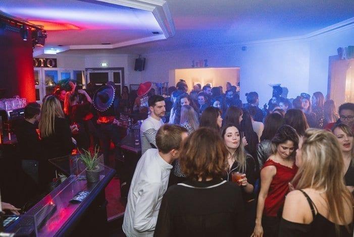 Bar rempli de personnes dansant