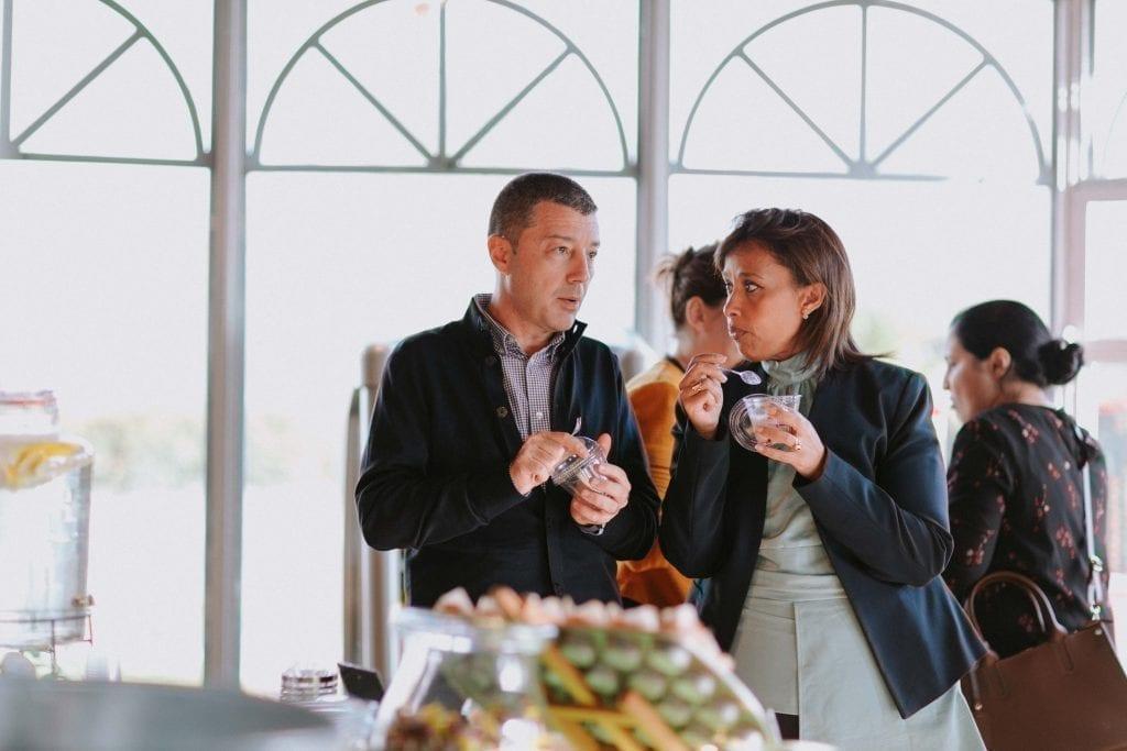 Deux personnes discutant et mangeant de la Panna Cotta