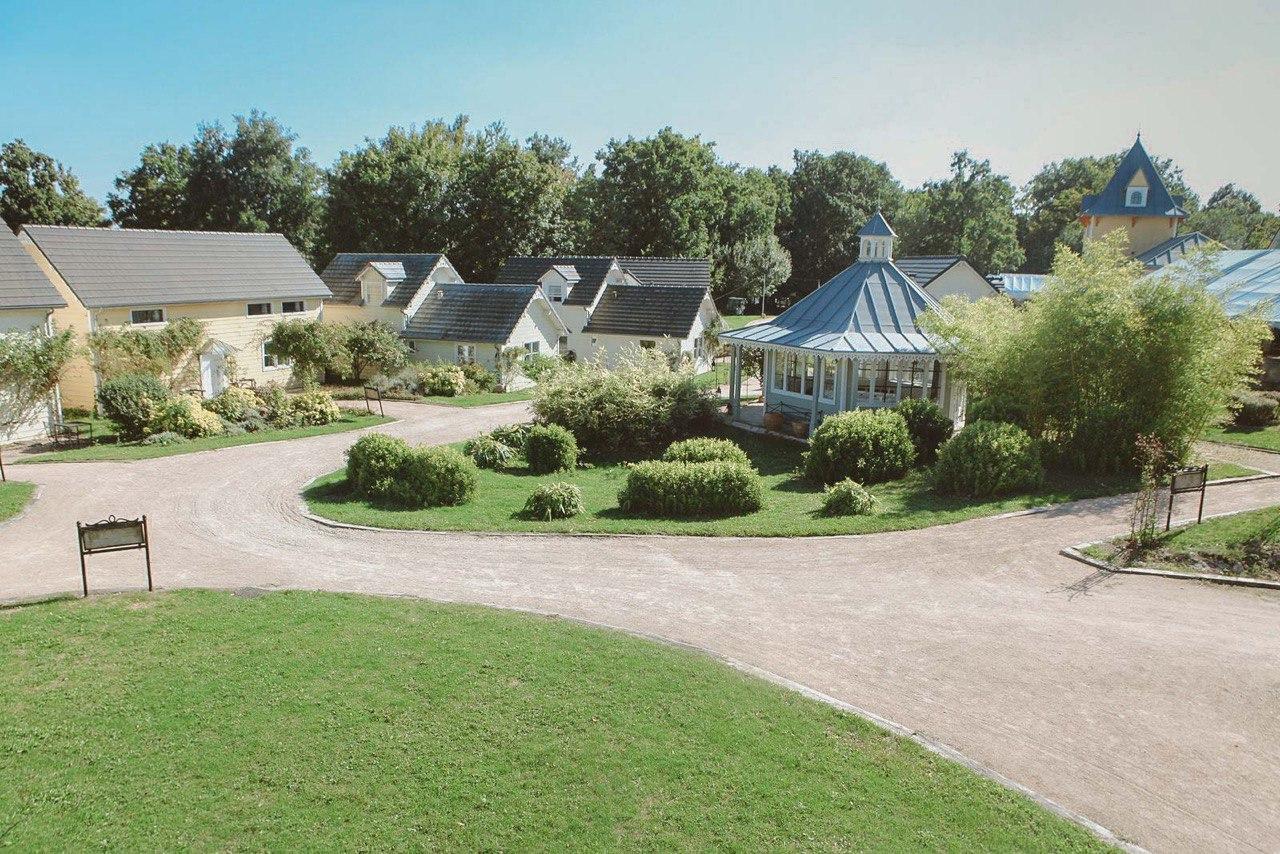 Vue en hauteur du village de cottages de l'Etiolles Country Club